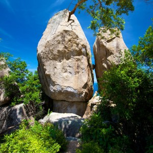 Access Koh Tao Viewpoints through the two leaning boulders.